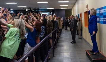hillary-clinton-epic-group-selfie.jpg
